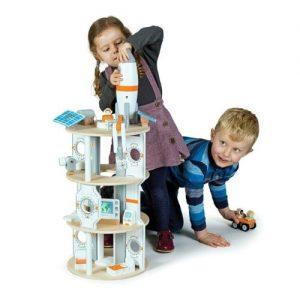 Estación espacial de madera infantil que incluye cohete de juguete