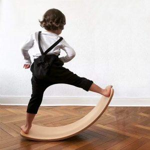 tabla madera de equilibrio montessori infantil. Columpio curvado de madera