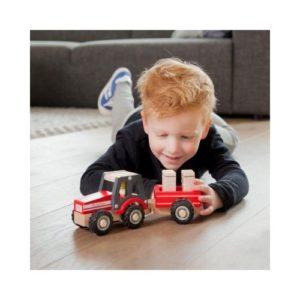 Tractor con remolque de juguete en madera de New Classic Toys. Juguete respetuoso con el medio ambiente