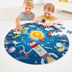 Puzzle del sistema solar para niños hecho en cartón de la marca Hape
