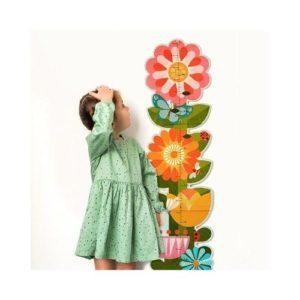 Medidor infantil de cartón reciclado con forma de flores de Petit Collage. Juguete ecológico decorativo